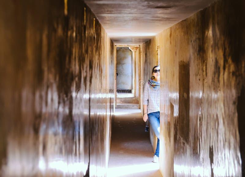 Flickan står i korridor på Amber Fort, Jaipur, Indien royaltyfria foton