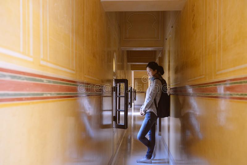 Flickan står i korridor på det Jaigarh fortet, Jaipur, Indien royaltyfri bild