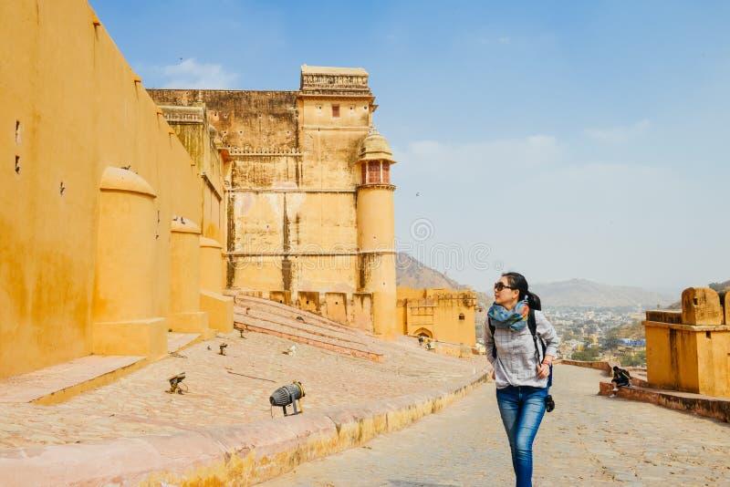 Flickan står klättringar Amber Fort, Jaipur, Indien arkivbilder