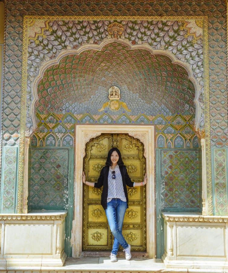 Flickan st?r f?r Rose Gate i stadsslotten, Jaipur, Indien royaltyfria bilder