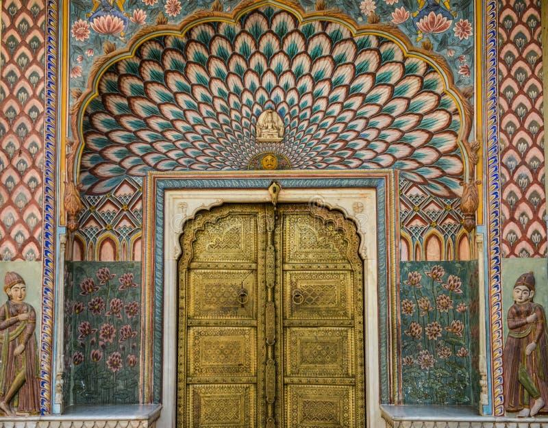 Flickan st?r f?r Rose Gate i stadsslotten, Jaipur, Indien royaltyfria foton