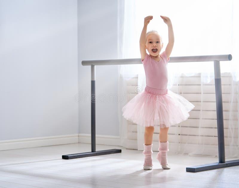 Flickan studerar balett royaltyfri foto
