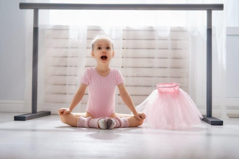 Flickan studerar balett arkivfoto