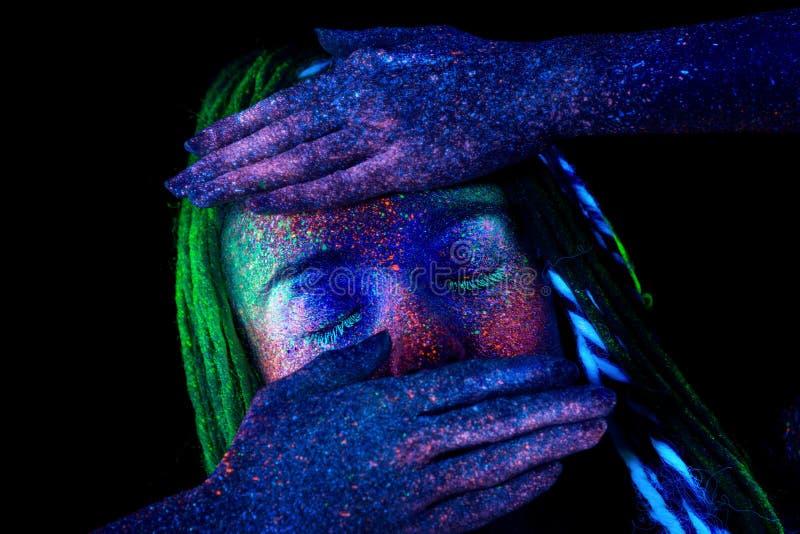 Flickan täcker hennes framsida med henne händer fotografering för bildbyråer