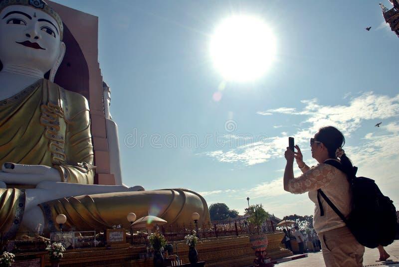 Flickan tar bildBuddhabilder i Myanmar tempel arkivbild
