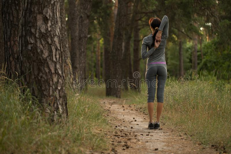 Flickan tar upp sportar i natur royaltyfri bild