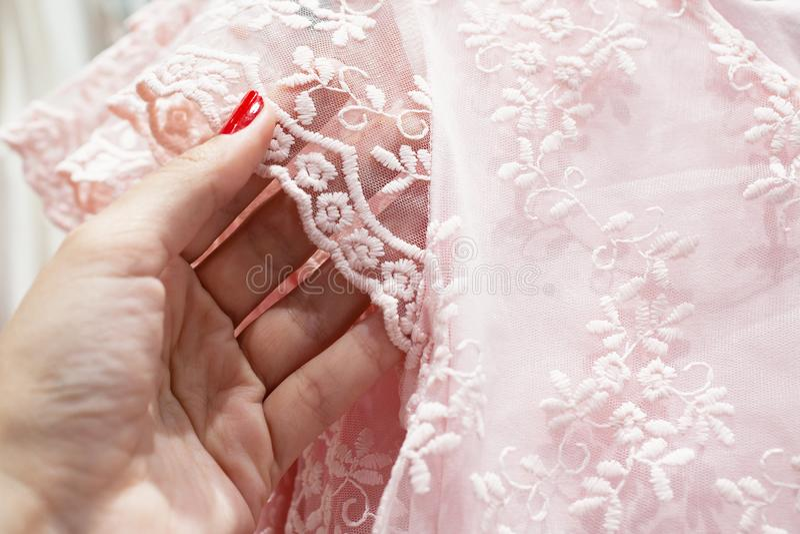 Flickan trycker p? de delikata rosa f?rgerna sn?r ?t arkivbild
