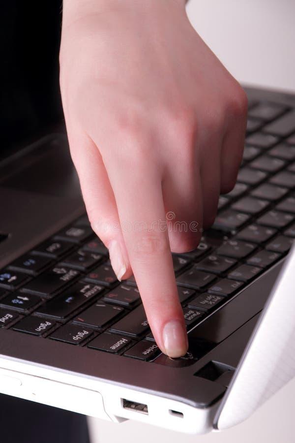 Flickan vänder av datoren royaltyfria bilder