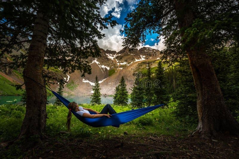 Flickan vilar på blickar för en hängmatta på Dallas Peak nära lägre blåttLak royaltyfria foton