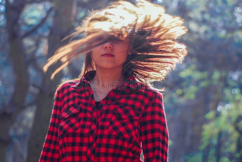 flickan vrider hennes hår frisyr dynamiskt kort royaltyfria bilder