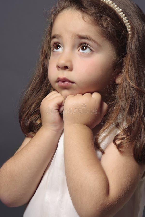 flickaoskyldig som ser upp arkivfoton