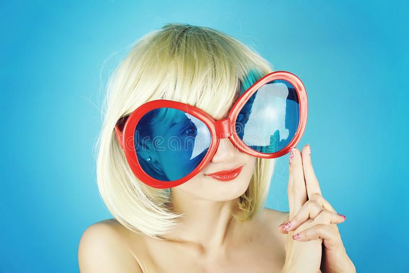 Flickaparti, ung kvinna som gör ett vapen från fingrar, blond kvinna fotografering för bildbyråer