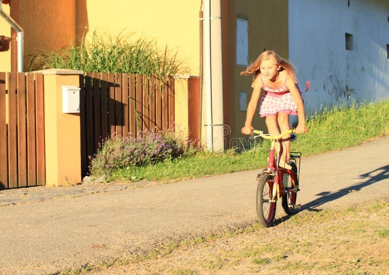Flickaridning och anseende på en cykel arkivbilder