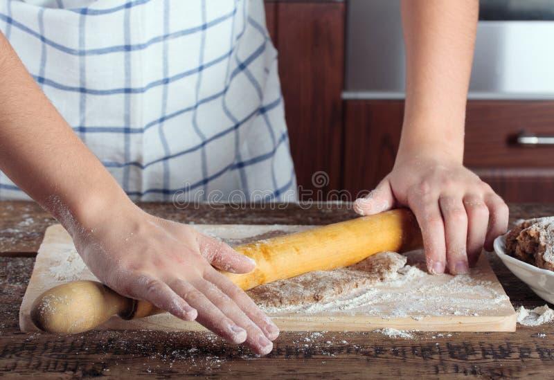 Flickas händer som arbetar med kavlen royaltyfria foton