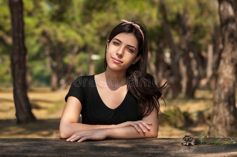 Flickasammanträde i natur och skog royaltyfri foto
