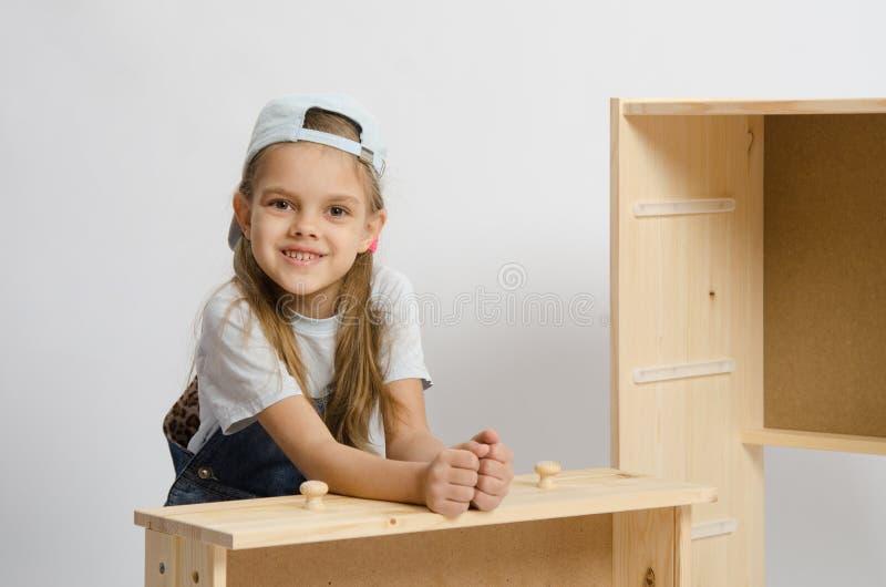 Flickasammanträde med en församlad ram- och bröstkorgträask arkivfoto