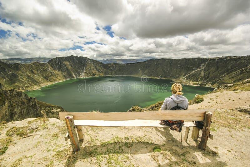 Flickasammanträde på en filial nära kratersjön arkivbilder