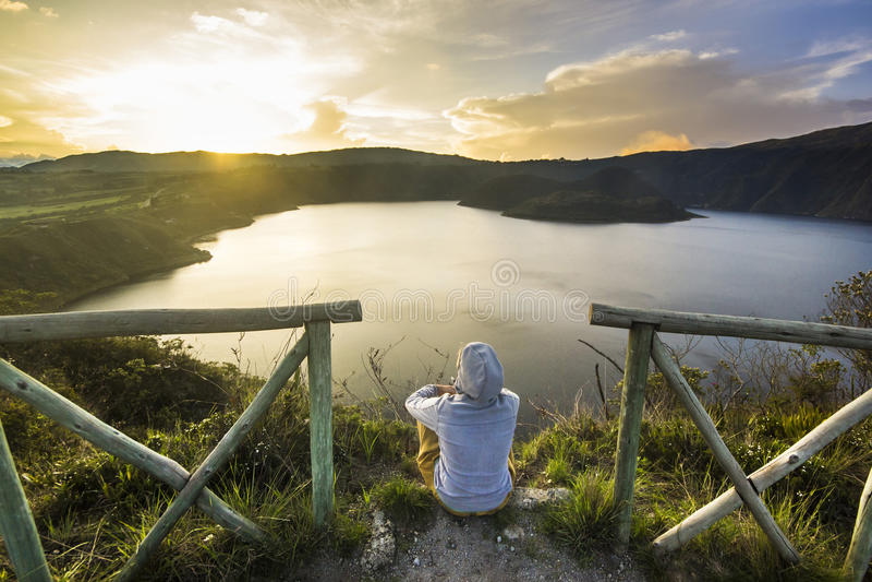 Flickasammanträde på en kant av krater med sjön inom royaltyfria foton