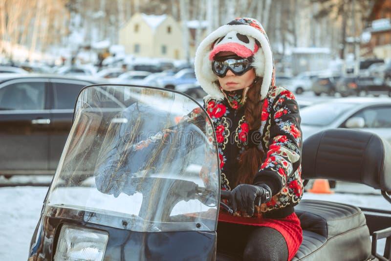 Flickasammanträde på en snövessla arkivfoton