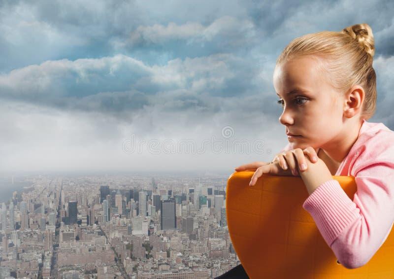 Flickasammanträdekontemplativ person i stol över stad royaltyfria foton