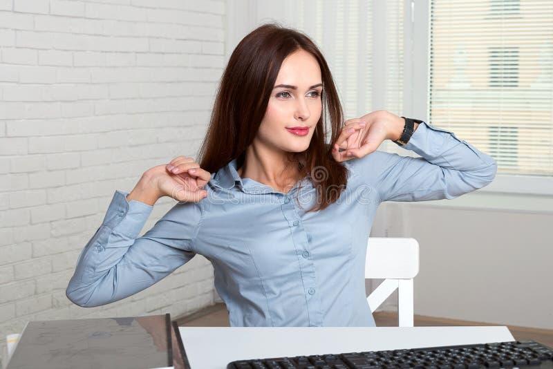 Flickasekreterareelasticiteter själv som tröttas från arbete royaltyfri foto