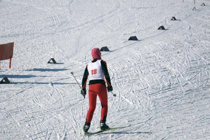 Flickaskidåkning skidar in spåret, i tröttat royaltyfri bild