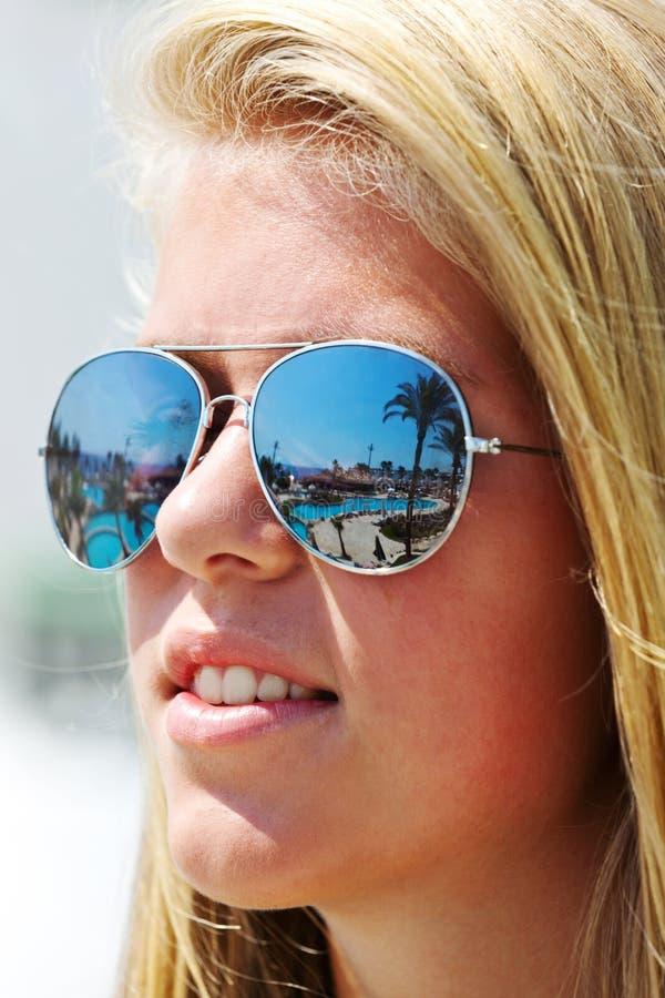 flickasolglasögonslitage royaltyfria bilder