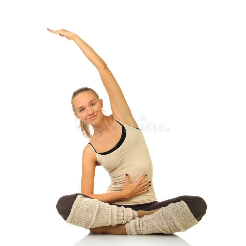 flickastående som öva le yogabarn royaltyfri fotografi