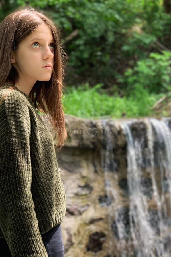 Flickaståendefotografi i natur arkivfoto