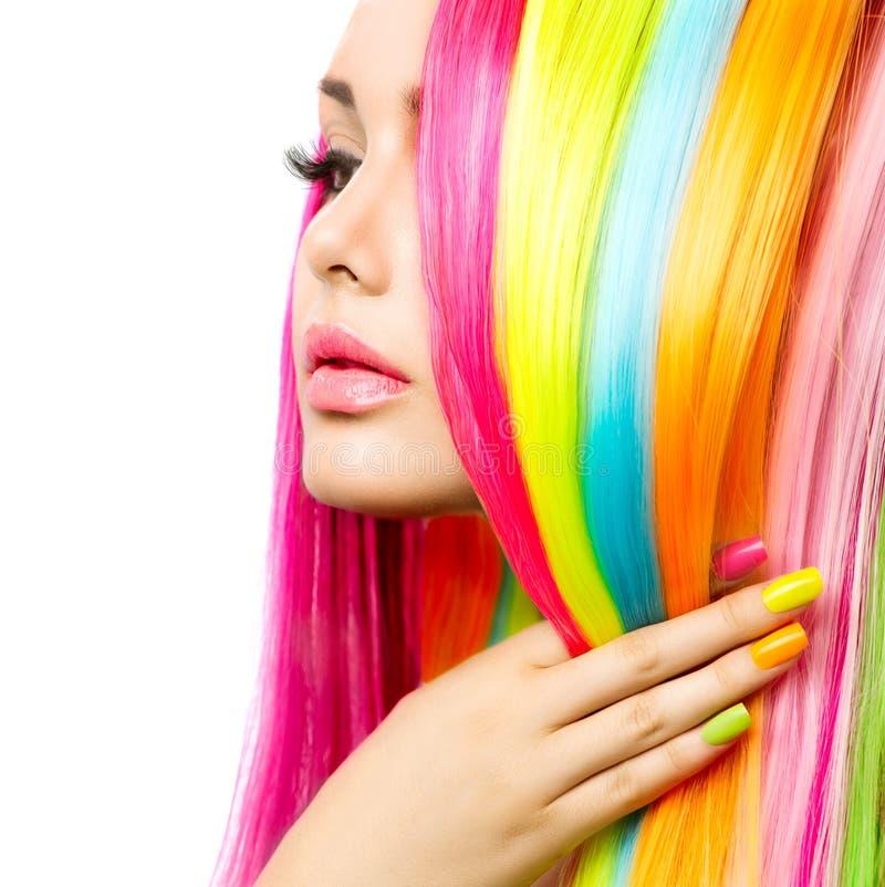 Flickaståenden med färgrikt hår och spikar polermedel arkivbild