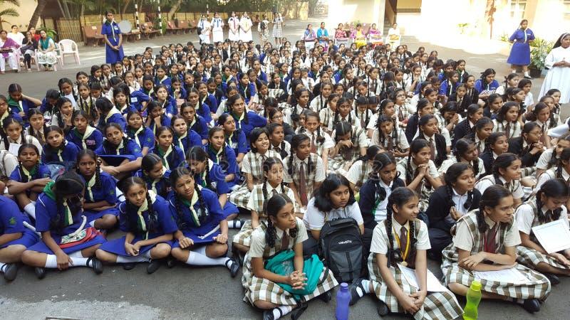 Flickastudenter i en skolaenhet i morgon arkivbilder