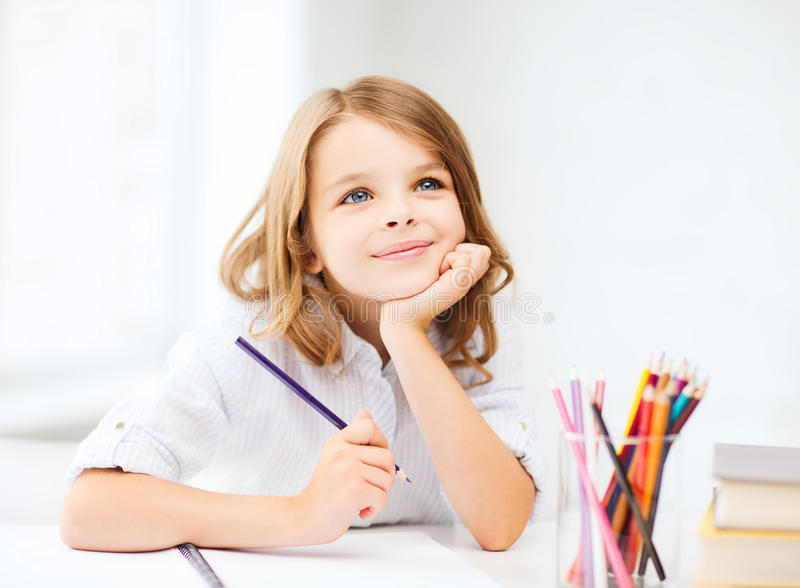 Flickateckning med blyertspennor på skolan royaltyfri bild