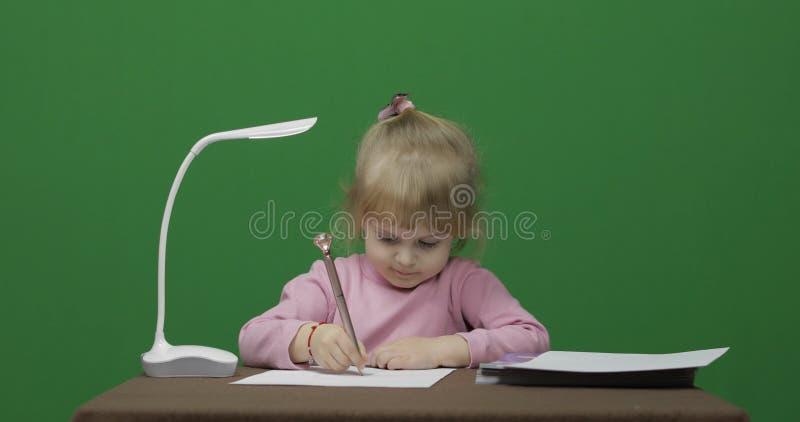 Flickateckning p? tabellen Utbildningsprocess gammala tre ?r f?r barn Tv? i en: 1 arkivfoto