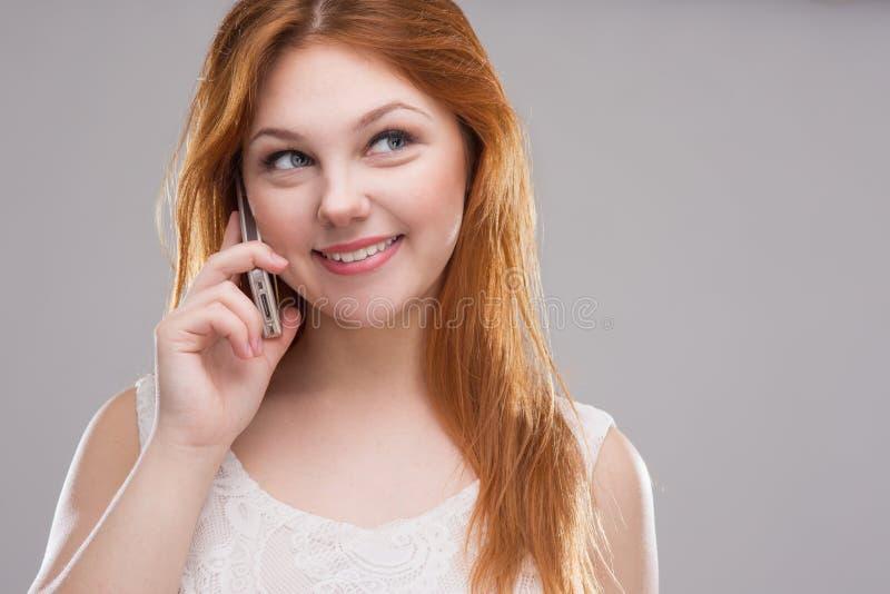 flickatelefonen talar arkivbild