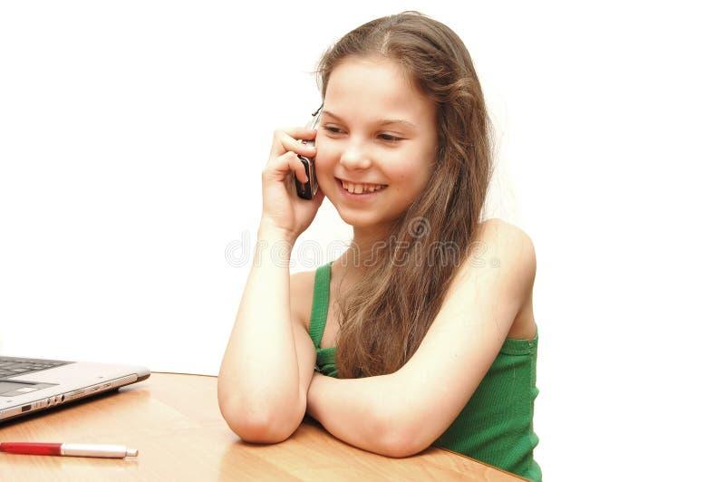 flickatelefonen talar tonåringbarn royaltyfri foto