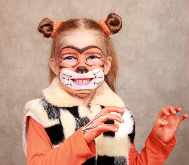 Flickatigerlekar som en tiger arkivbild