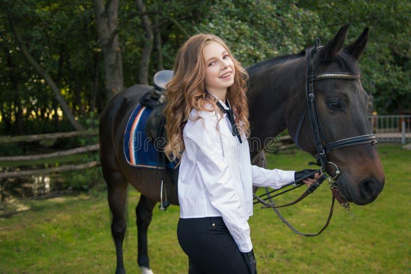 Flickatonåring med en häst royaltyfri foto