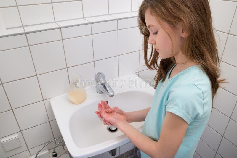Flickatvagninghänder i vask royaltyfria foton