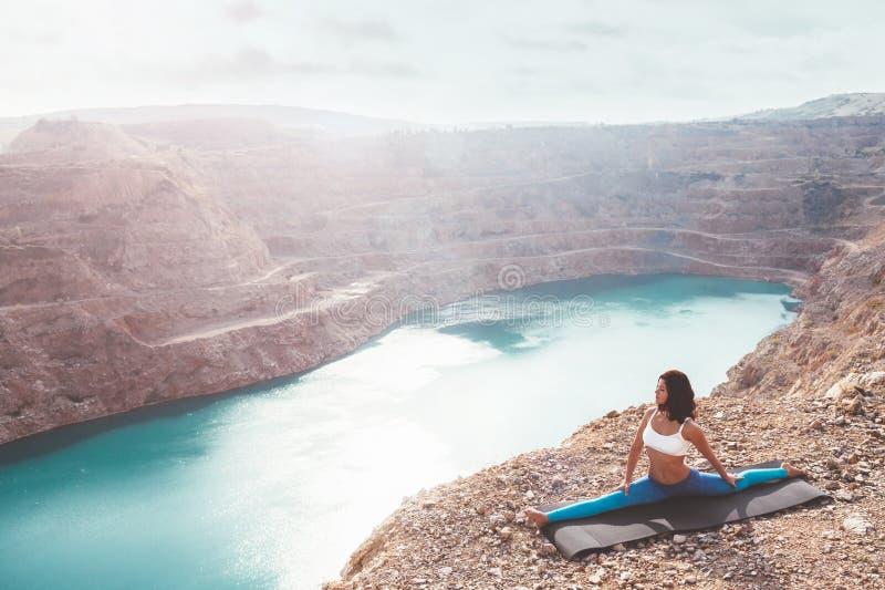 Flickautbildningsyoga poserar utomhus- arkivfoton