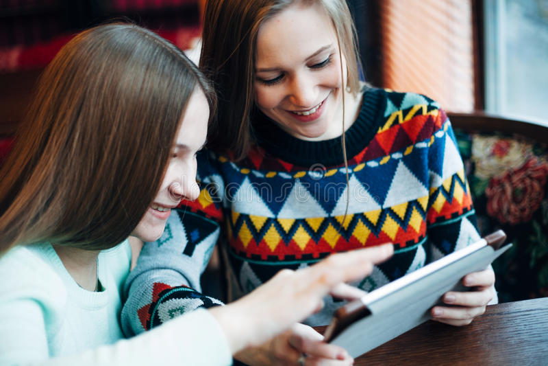 Flickavänner meddelar i ett kafé royaltyfri bild