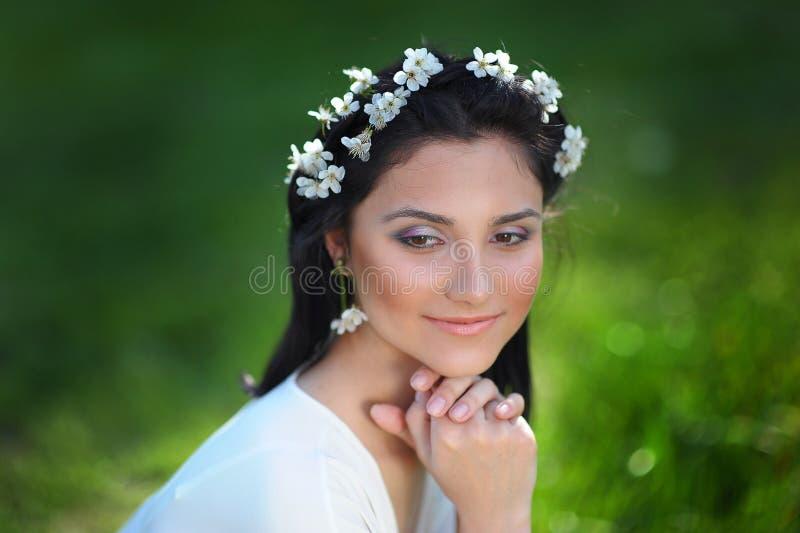 Flickavårkrans av blommor i huvudet royaltyfri bild