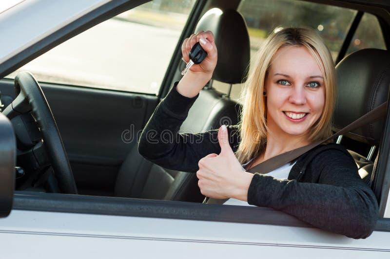 Flickavisningtangent från hennes nya bil arkivbild
