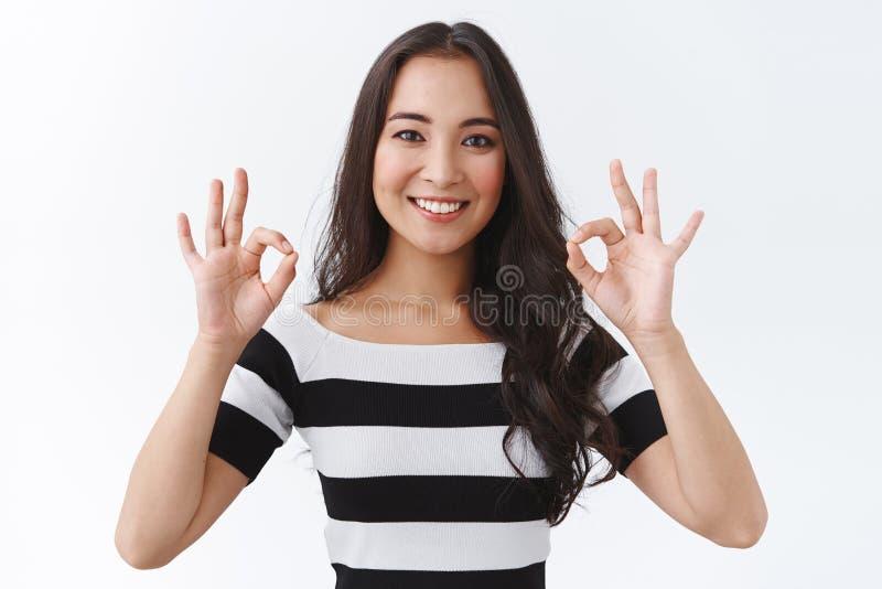 Flickhundra procent godkänner din perfekta idé En glad ung asiatisk kvinna som visade sig okej, bekräfta och samtycka royaltyfri bild