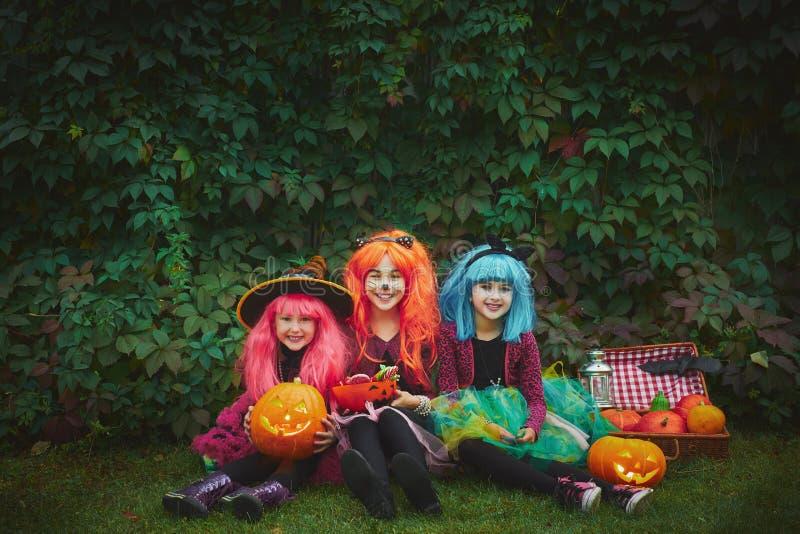Flickor av allhelgonaaftonen arkivbild