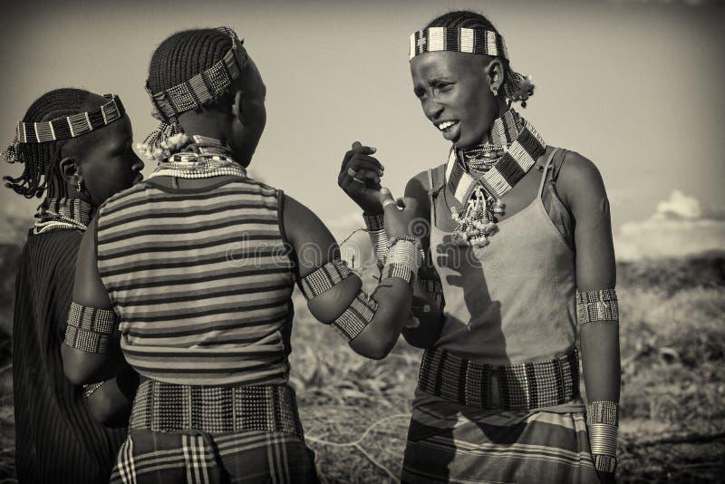 Flickor av den Hamer stammen, Etiopien, Afrika fotografering för bildbyråer