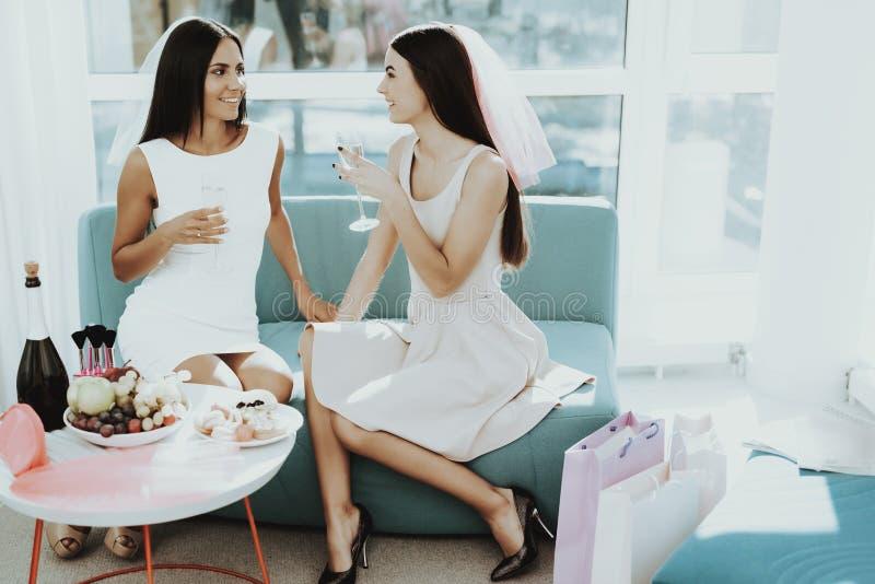 Flickor dricker Champagne Before Hen-Party fotografering för bildbyråer