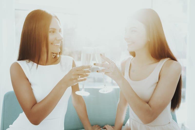 Flickor dricker Champagne Before Hen-Party arkivbilder