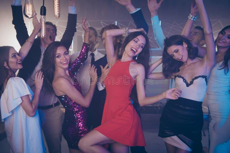 Flickor för lynne två för bästa parti stora stora i den sagolika klänningen, kjol da royaltyfria foton