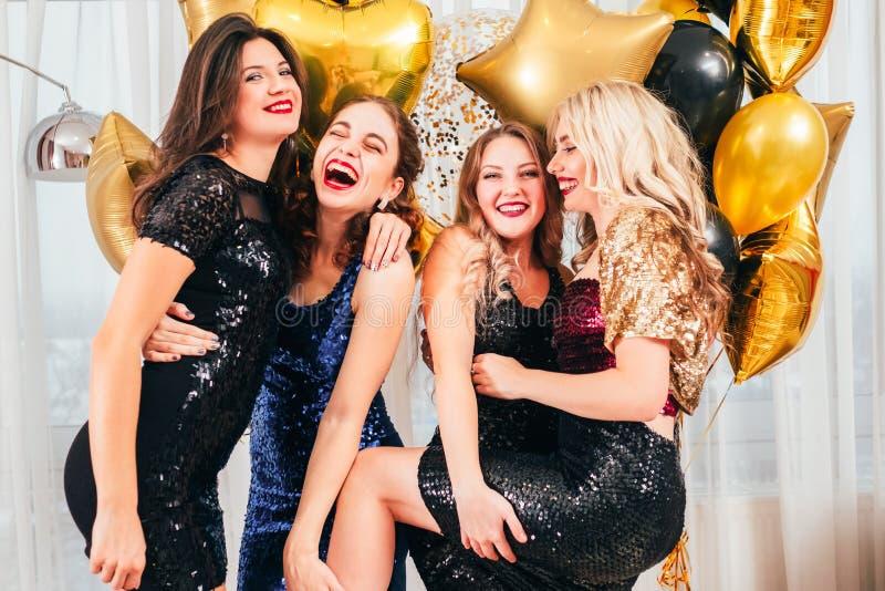 Flickor festar roligt positivt festligt posera f fotografering för bildbyråer