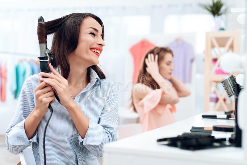 Flickor gör hår som utformar i visningslokalen Flickor gör hår som utformar i visningslokalen arkivbilder